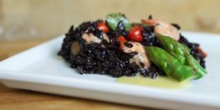 Salada de Arroz Negro com Aspargos e Camarões (por Flávia Quaresma)