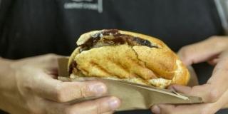 Sanduíche de Carne com Cebolas Caramelizadas, Barbecue e Queijo